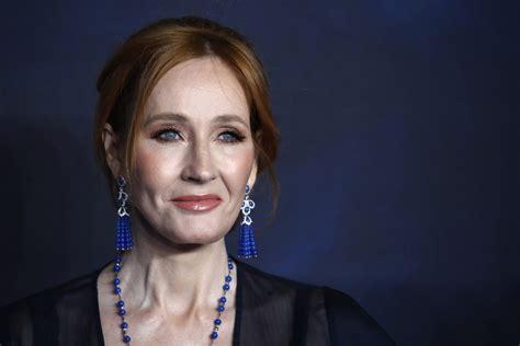 A J K Rowling ha sido atacada por decir que solo las mujeres tienen capacidad de menstruar.